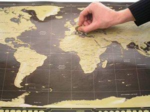 Deluxe Scratch-Off Travel Map Poster–avec drapeaux de pays et le monde de 50Plus Visités touristiques, suivi de vos Aventures (Noir et Doré avec argent montagnes–83,8x 58,4cm) de la marque ZEZAZU image 0 produit